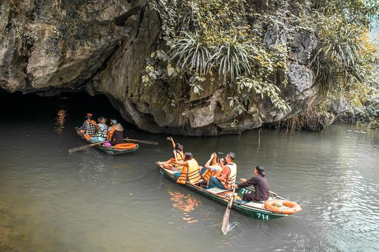 Ninh Binh cave at Trang An boat tour