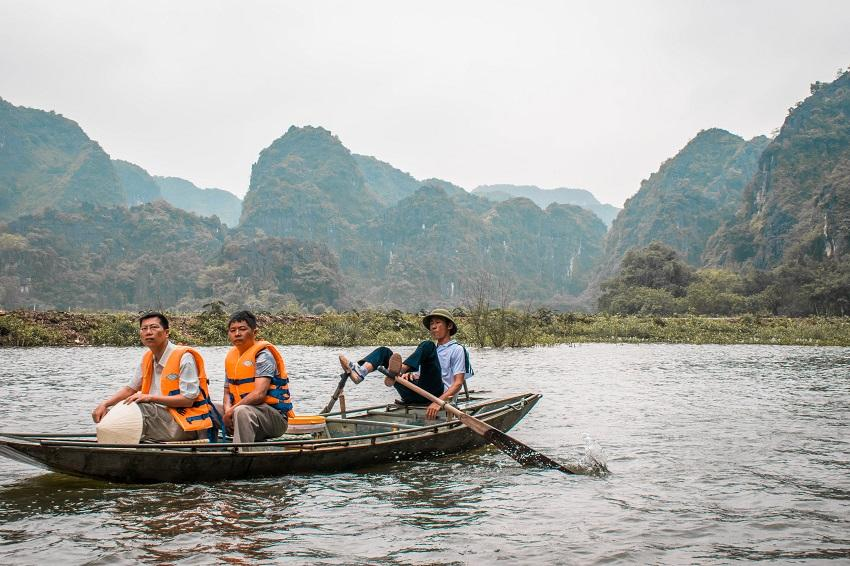 Tam Coc boat tour feet rower in Ninh Binh