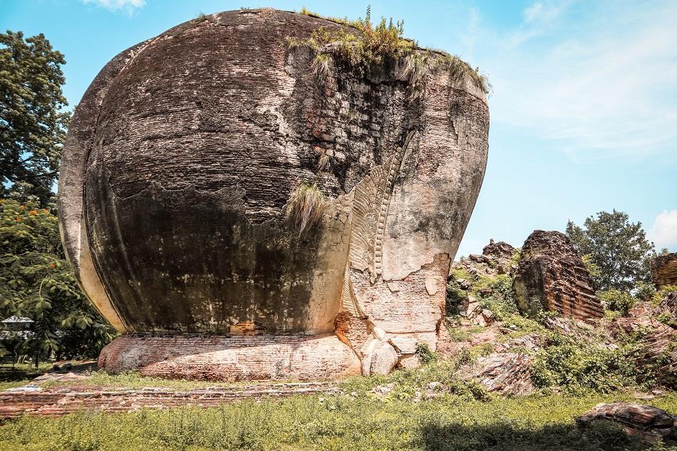 Stone lions in Mingun