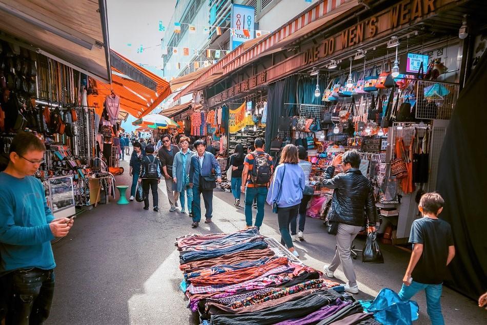 Namdaemum Market shops and souvenirs