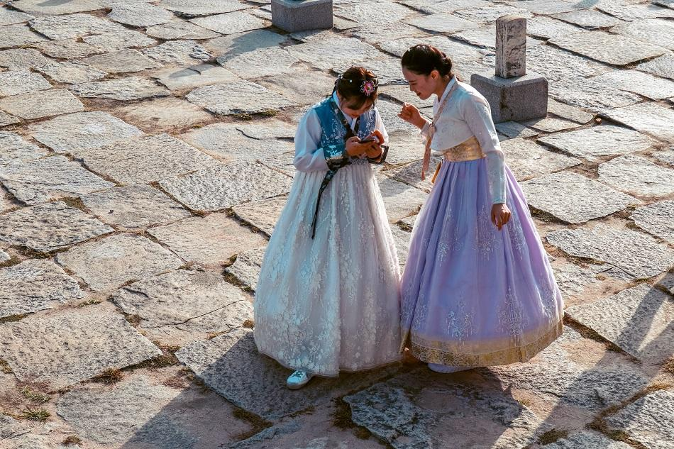Korean girls wearing hanbok at Gyeongbokgung Palace, Seoul