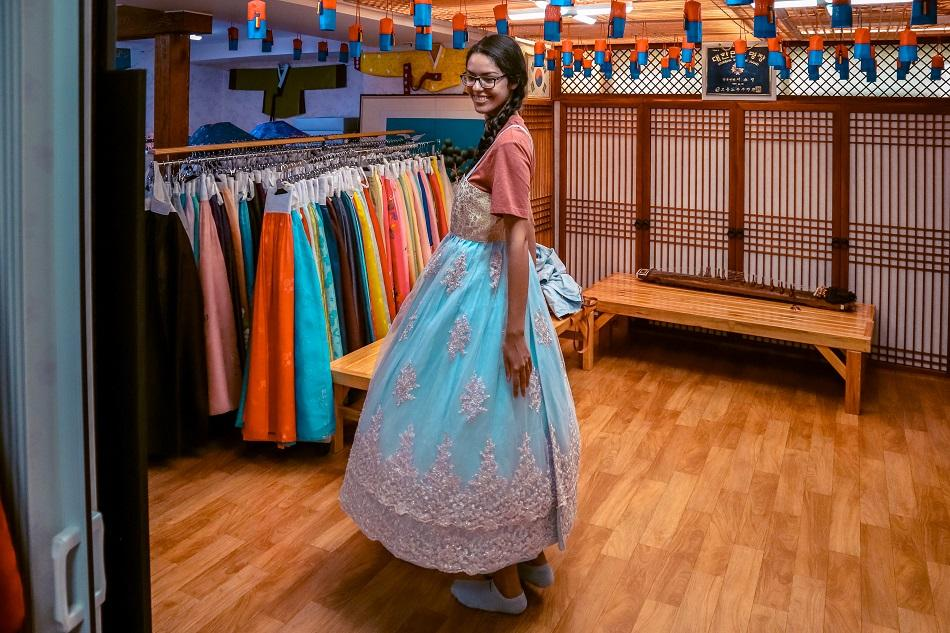 Girls renting a hanbok in Seoul
