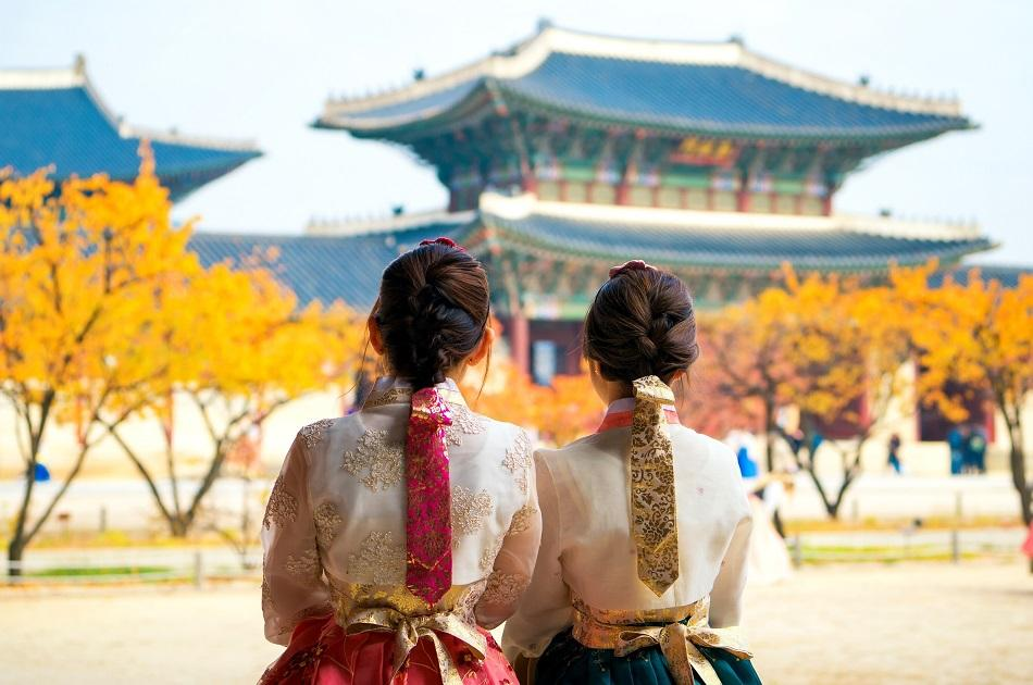 Girls wearing a hanbok in Seoul