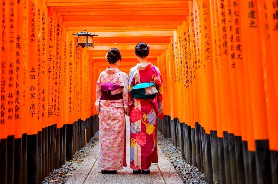 2 girls dressed in red kimonos at Fushimi Inari Shrine, Kyoto