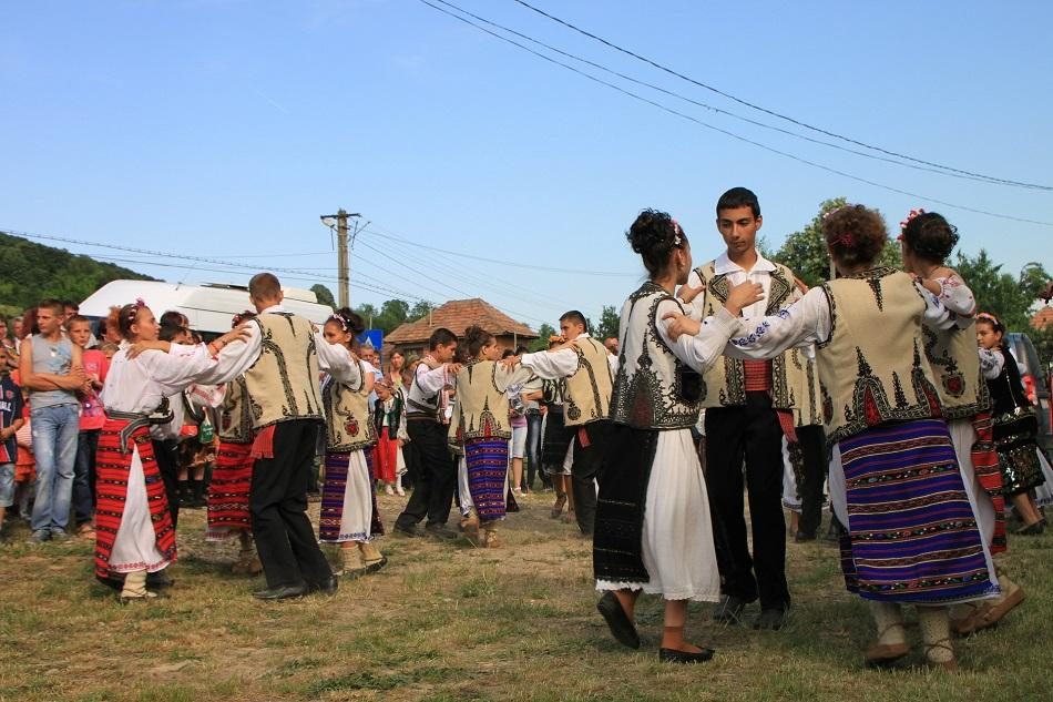 Romanians dancing on traditional music