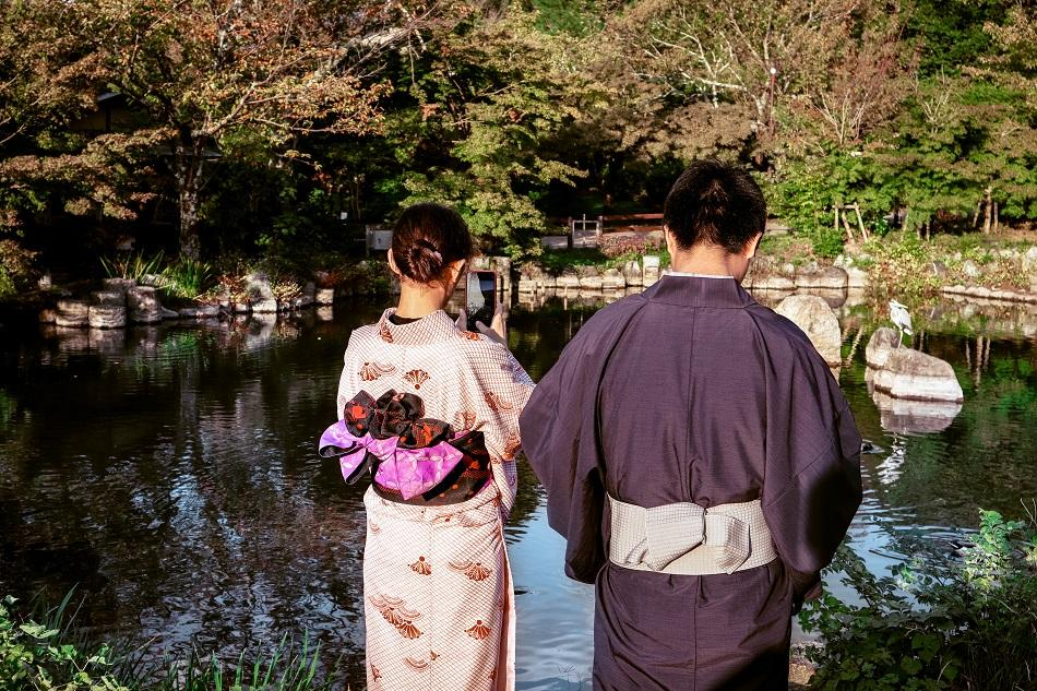 Couple wearing kimonos in a park in Tokyo
