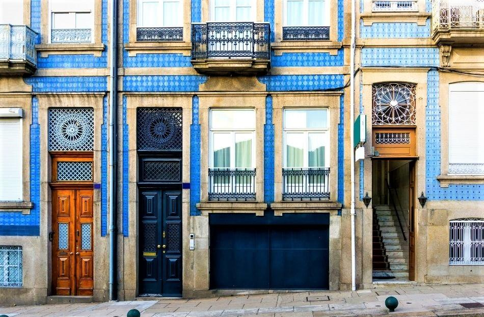 Lisbon house facade covered in blue azulejos tiles - free things to do in Lisbon