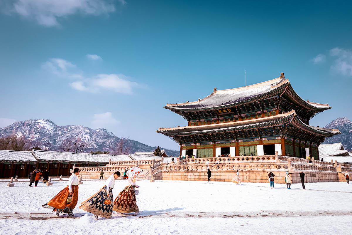 Gyeongbokgung Palace South Korea winter. Girls dressed in haboks at the palace - things to do in Korea in Winter, winter destinations in Korea, winter activities in South Korea