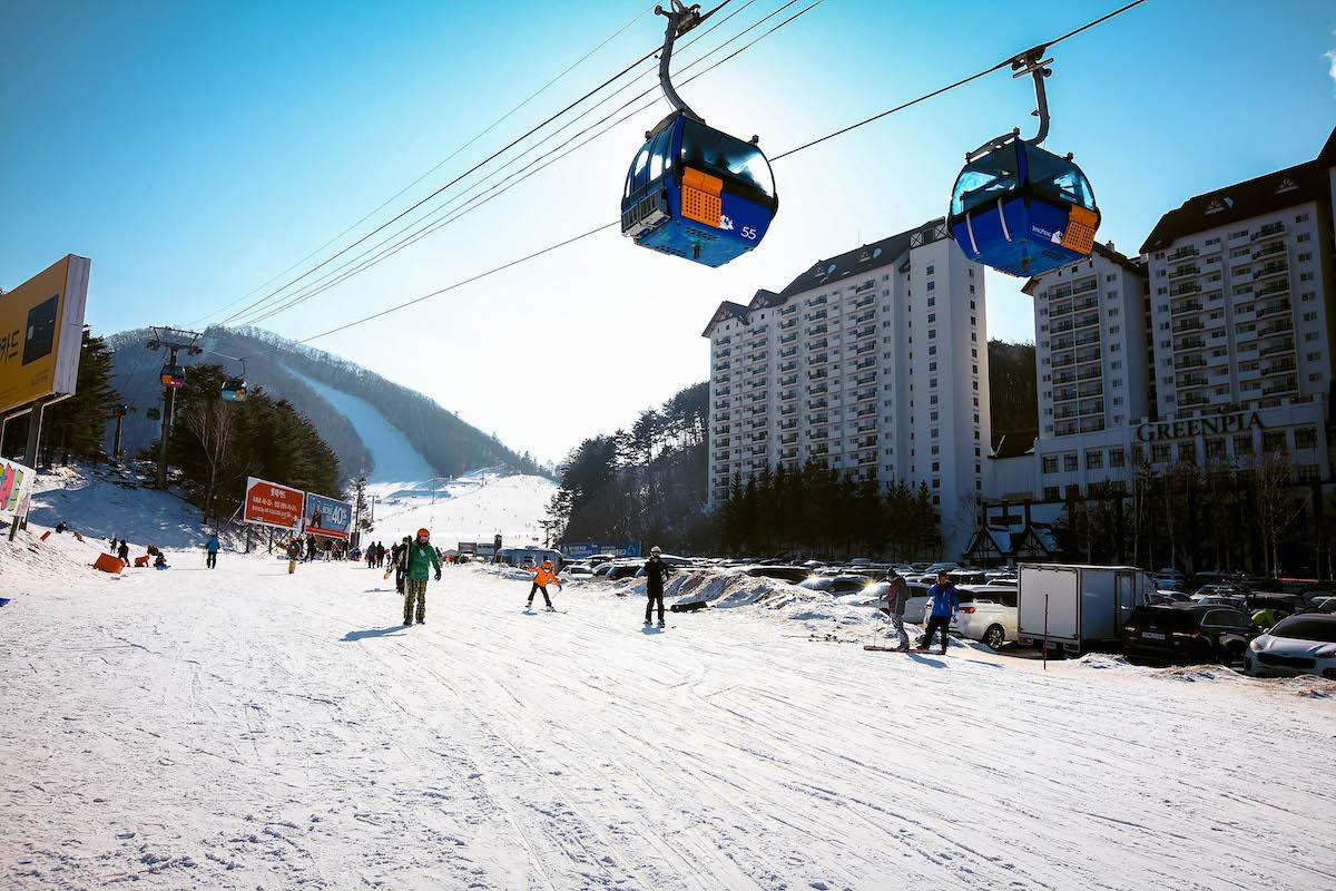 Yongpyong Ski Resort Cable Car and ski slope in South Korea in winter - things to do in Korea in Winter, winter destinations in Korea, winter activities in South Korea