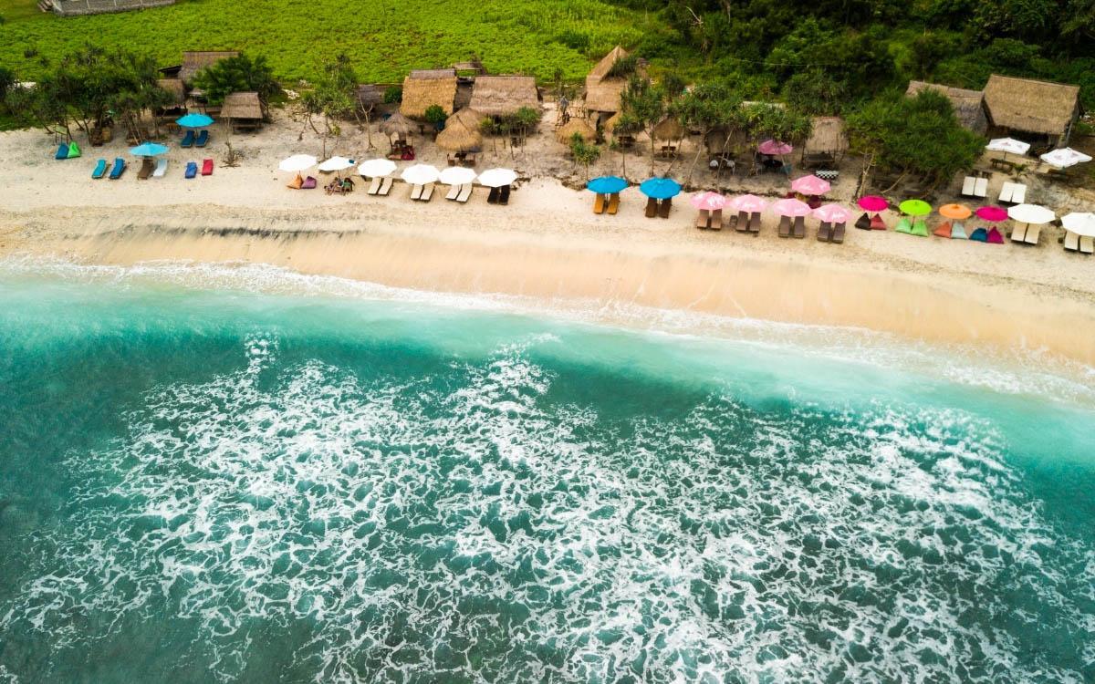Atuh Beach Nusa Penida - beach bars and sun beds