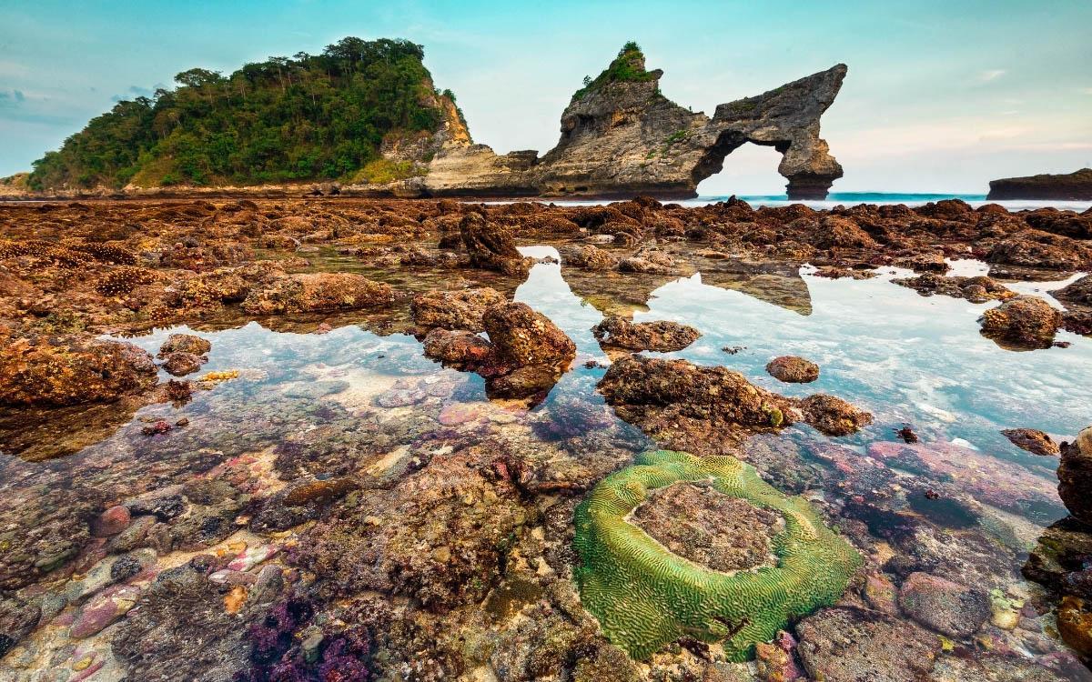 low tide at atuh beach nusa penida