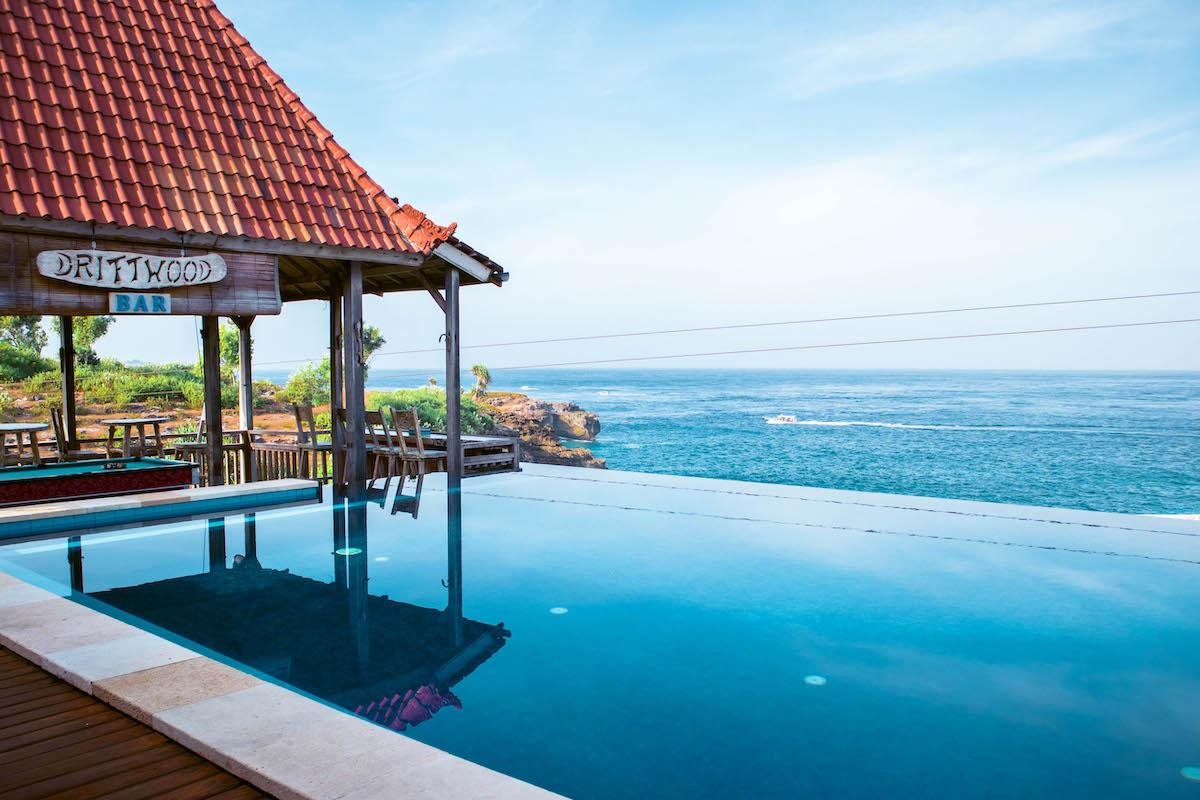 Things to do Nusa Ceningan, Nusa Ceningan tourist attraction, places to see nusa ceningan, Driftwood bar infinity pool